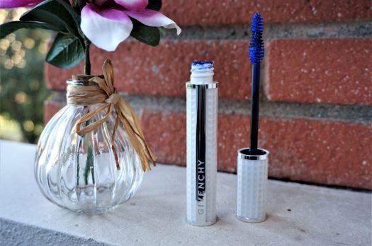 Un regard bleu électrique avec le mascara Givenchy Noir Couture Volume Waterproof